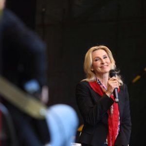 Eva mit Mikrofon