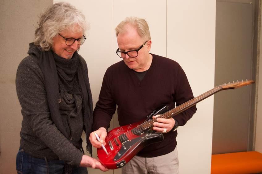 Wolfgang Weinrich und Herbert Grönemeyer bei der Unterzeichnung